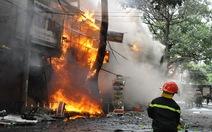 Cháy lớn thiêu rụi cả một dãy phố