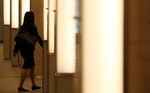 """Khi phụ nữ Nhật sợ """"mắc kẹt"""" trong công ty đến nửa đêm"""