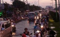 """Đường dây nóng: nhiều than phiền """"mưa là ngập đường"""""""