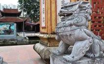 Sư tử đá Trung Quốc ngồi nhe nanh trước chùa Việt
