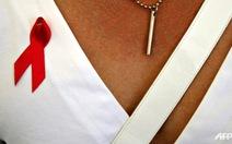 """Cho """"sờ ngực"""" để ủng hộ phòng chống AIDS"""
