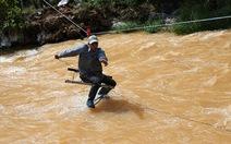 Lâm Đồng: nước dâng cao, dân đu dây qua suối