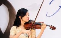 Nghệ sĩ Khánh Linh chơi violin làm từ tóc thật