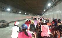 """Hàng ngàn xe """"chết đứng"""" trong hầm vượt sông Sài Gòn"""