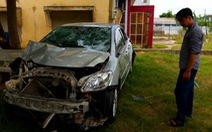 Xe hơi lao ruộng, 4 người chết do ngạt nước