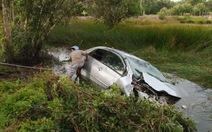 Xe hơi lao ruộng, gia đình bác sĩ và tài xế tử nạn