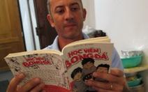 """HLV Guillaume thích thú với truyện tranh """"Học viện bóng đá"""""""