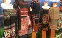 Ngắm nhìn các mẫu hoa văn trên vải của đồng bào dân tộc
