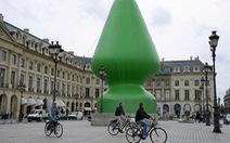 """Cây """"sex toy"""" trưng bày giữa Paris gây bất bình"""