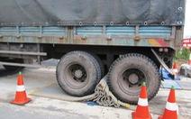 Bị xe tải cuốn tấm dẫn hướng, trạm cân tê liệt