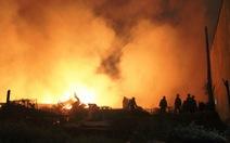 Vựa phế liệu cháy dữ dội, dân khuân đồ bỏ chạy