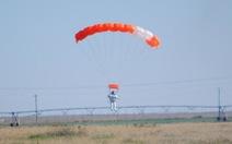 Sếp Google phá kỷ lục cú nhảy dù trên không