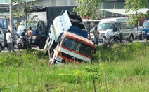 Xe mất thắng, tài xế lao xe xuống mương tránh tông liên hoàn