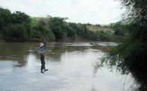 Không vượt sông bằng phương tiện tự chế không an toàn