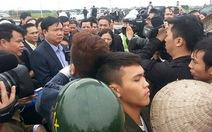 """Dân """"vây"""" Bộ trưởng Đinh LaThăng giữa công trường"""