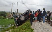 Vượt đường sắt, ôtô bị tàu hoả tông lật xuống ruộng