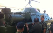 Hai cha con người Việt sửa xe bọc thép Campuchia