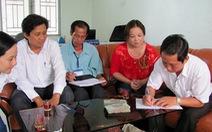 Trưởng ban tuyên giáo huyện góp tiền giúp giáo viên bị trễ lương