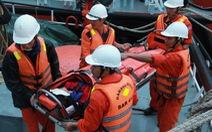 Đưa ngư dân đau ruột thừa ngoài khơi vào bờ cấp cứu