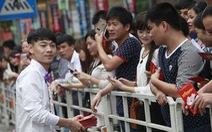 Triệu phú Trung Quốc phát tiền cho dân trong đám cưới