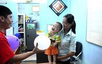 Hai người nhận bé bị bỏ rơi chưa chứng minh giấy tờ hợp lệ