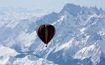 Khám phá đỉnh Everest bằng khinh khí cầu