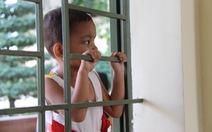 Bé Kim Ngân ngây thơ xem tòa xét xử mẹ qua ô cửa sổ