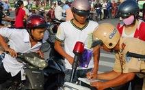 Cảnh sát giao thông làm nhiệm vụ sợ gì phải núp?