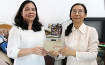 Bà Thủy hiến tặng sổ tiết kiệmcho Bảo tàng TP.HCM