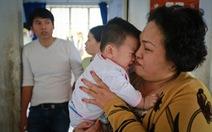 Bàn giao bé 7 tháng tuổi bị bỏ rơi cho Trung tâm bảo trợ