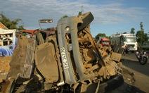 Xe khách va chạm xe container, 5 người bị thương