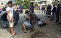 Thép cuộn trên xe rớt xuống đường, 2 người bị thương