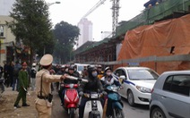 Phân luồng giao thông qua hiện trường vụ sập giàn giáo