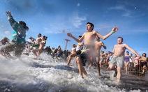 Hàng ngàn người bơi trong nước giá lạnh mừng năm mới