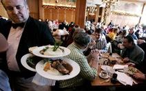 Một thực khách Mỹ ăn tối 421 USD, boa 11.000 USD