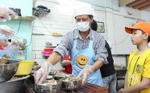 Ca sĩ Chế Linh làm phục vụ tại quán cơm Nụ Cười