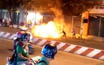 Clip xe máy cháy dữ dội trong đêm