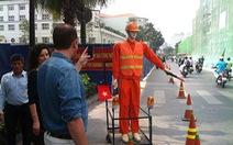 """Người đi đường thích thú với """"robot"""" điều tiết giao thông"""