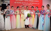 Nhà thiết kế Võ Việt Chung nhận bằng khen vì quảng bá áo dài