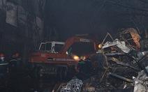 Cháy lớn 5 giờ, hàng trăm thùng vải biến thành tro