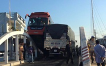Không nhường đường, xe khách Phương Trang leo lan can cầu