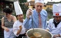 Đại sứ Hoa Kỳ học nấu bún bò Huế