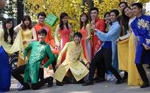 Giới trẻ diện áo dài chụp ảnh với đường xuân Sài Gòn
