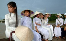 """""""Nón bài thơ VN"""": trang phục truyền thống ấn tượng quốc tế"""