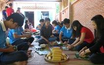 60 sinh viên gói 300 bánh tét tặng người nghèo