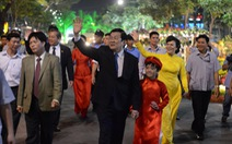 Người Sài Gòn nô nức khai mạc đường hoa Tết