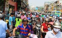 Người Sài Gòn đổ xô mua hoa tết, đường kẹt cứng