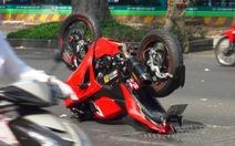 Gặp tai nạn, môtô chổng vó giữa đường