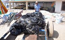 Dầu đen vón cục dày đặc ở Bãi Sau biển Vũng Tàu