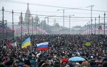 Hàng chục ngàn người tuần hành tưởng nhớ ông Nemtsov